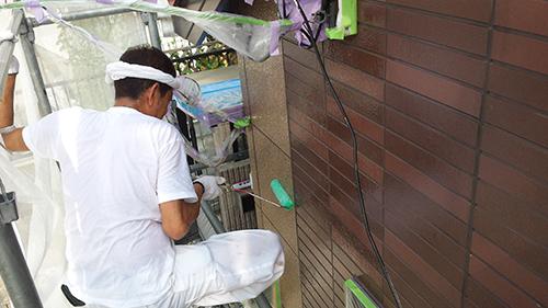 2013年8月9日 横浜市都筑区にて外壁塗装:外壁クリヤー中塗り