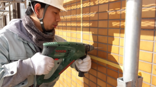 2014年1月16日 ホルツハイム妙蓮寺:タイルに穴開け作業