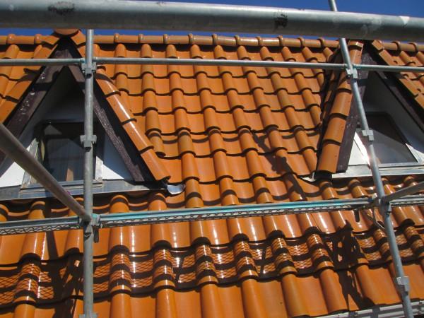 屋根上まで伸びた足場