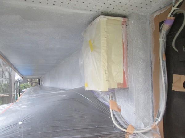 軒天とひさしの間の外壁の下塗り