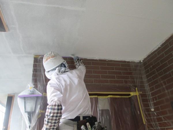 玄関上天井の中塗り。