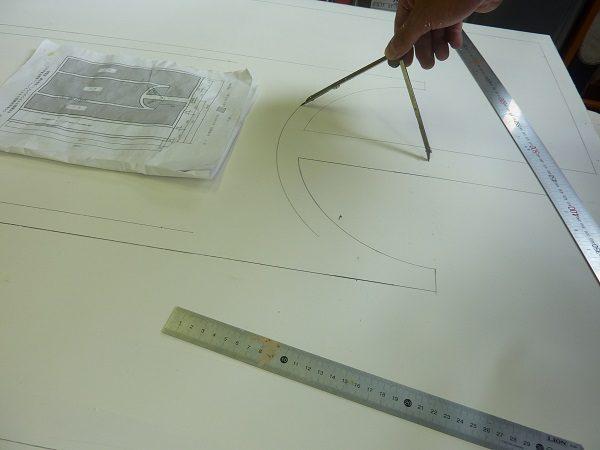 合板にコンパスでケガキ線を描く
