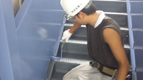2013年8月23日 横浜市保土ヶ谷区にて鉄部塗装:階段上塗り