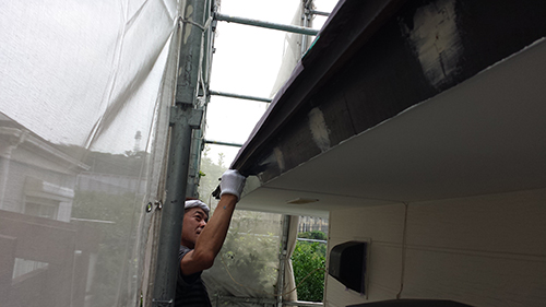 2013年7月30日 南区六ッ川にて外壁塗装:破風下塗り