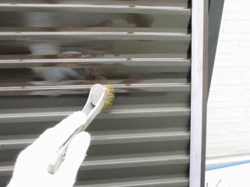 2014年1月25日 神奈川区白幡向町:雨戸の下塗りプライマー塗布