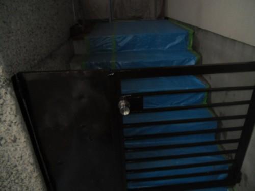 横浜市磯子区:鉄製ドア中塗り後