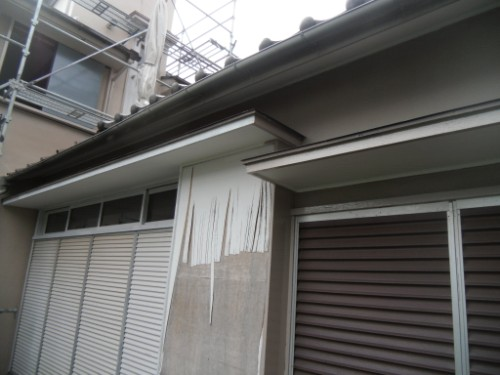 横浜市磯子区:庇、窓枠上塗り中