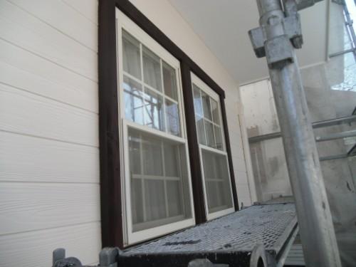 逗子市桜山:窓枠中塗り後