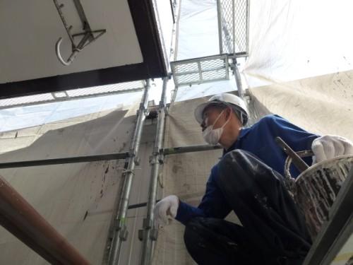 2014年4月9日 神奈川区:外壁タッチアップ中の職人