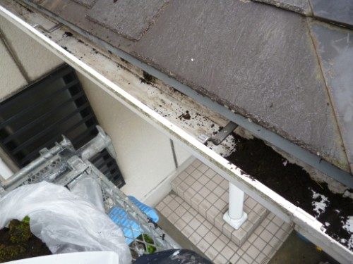 横浜市旭区:雨樋の中の掃除