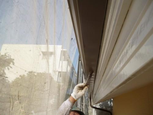 川崎市宮前区:刷毛で雨樋中塗り