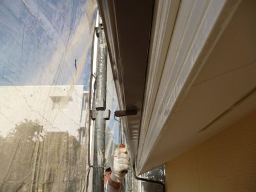 川崎市宮前区:ローラーで雨樋中塗り