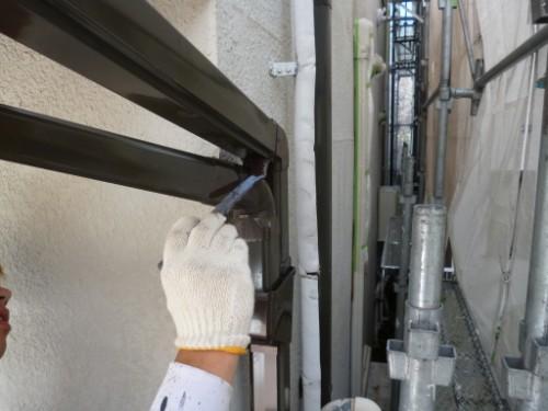東京都大田区:刷毛で雨樋中塗り