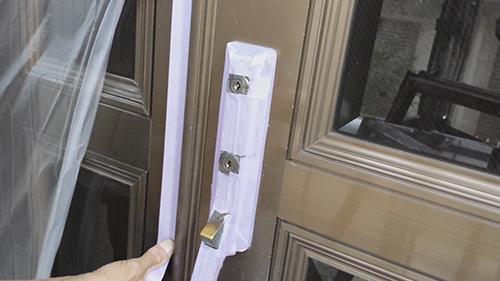 2013年7月2日 川崎市中原区にて外壁塗装・玄関養生の鍵穴部