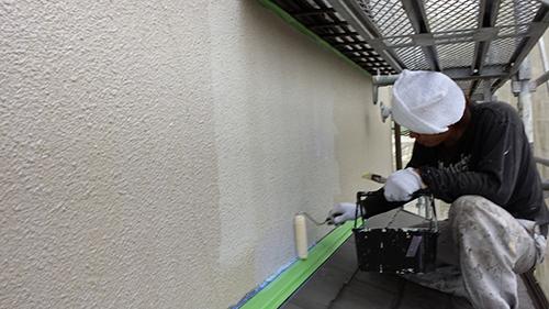2013年7月3日 川崎市中原区にて外壁塗装・ローラーにて下塗り