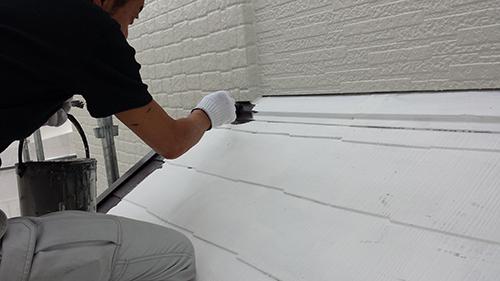 2013年6月28日 稲城市での外壁塗装:下屋根上塗り