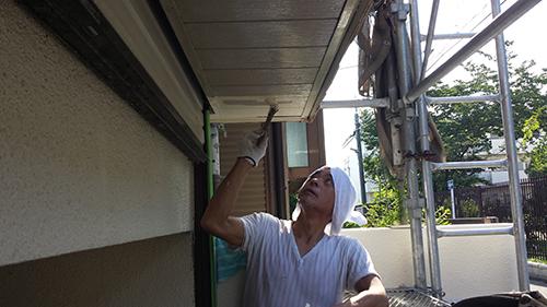 2013年7月18日 南区六ッ川にて外壁塗装・シャッター前の軒上塗り