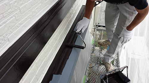 2013年6月28日 稲城市での外壁塗装:シャッターボックス上塗り