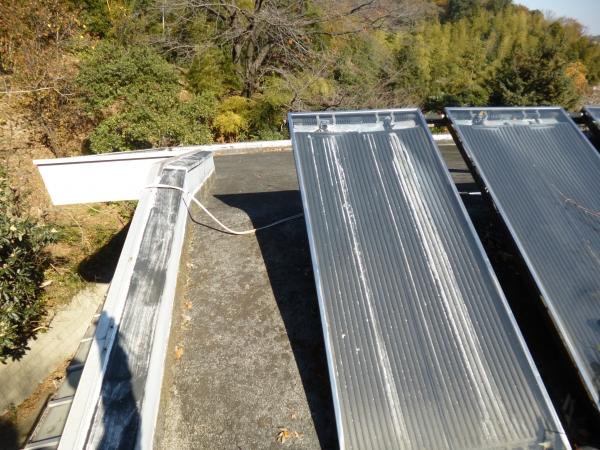 屋上に太陽光パネルの小さいのが乗っています