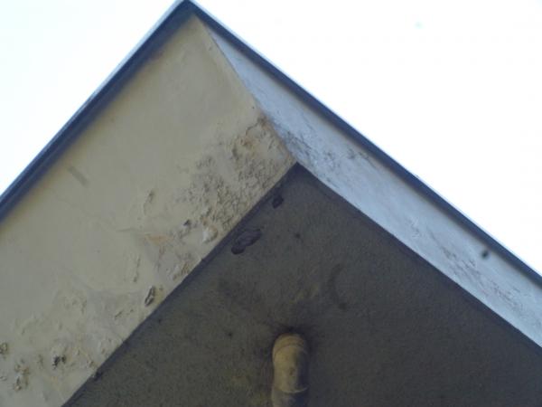 家の角にあたる破風の塗装剥がれ。