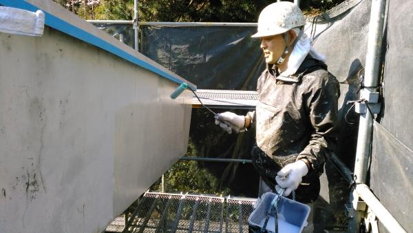 破風部を密着性の高いシーラーで下塗り中です。