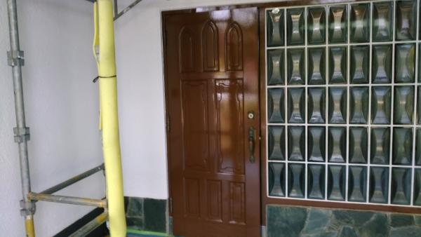 光沢がある塗装後の玄関ドア