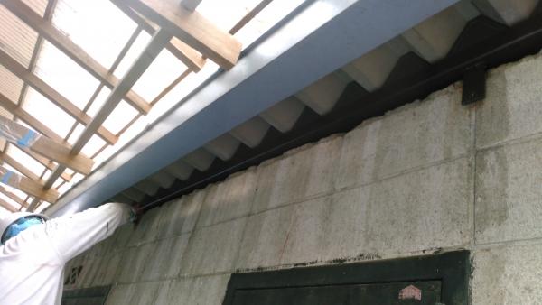 折半屋根と外壁ブロックの境にも塗装部があります。うーん。これも塗り手間がありますね。