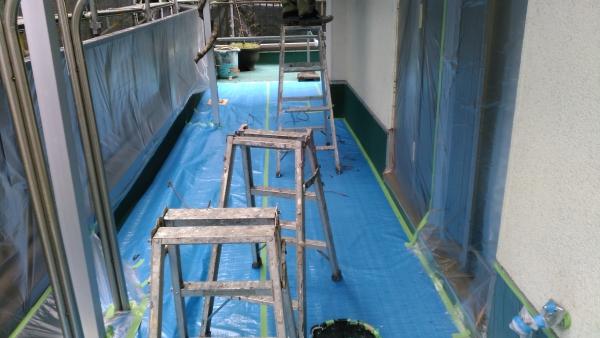 2階のベランダは軒が突出しているため、足場ではなく脚立作業にしました。