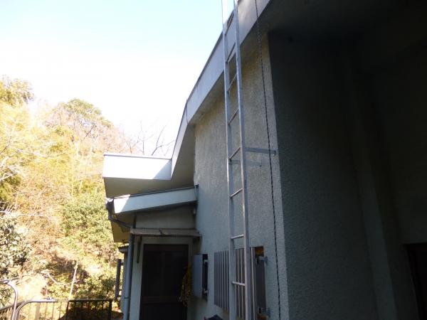 2階から屋上に登る鉄製のはしごがありますこれも塗装します