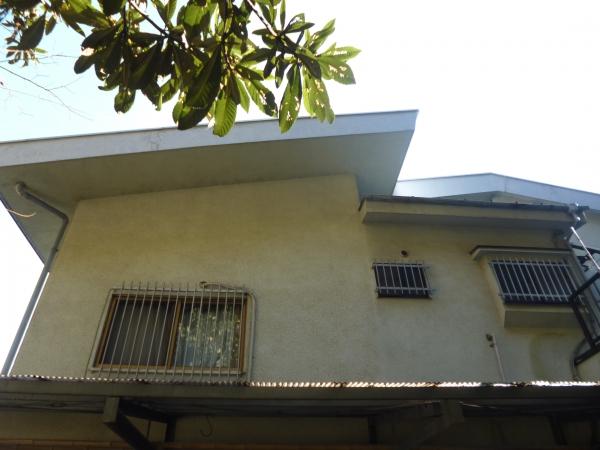 太陽の影になっている家の北側の外壁