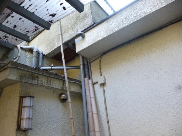 カビと汚れが付着して入り組んでいる外壁