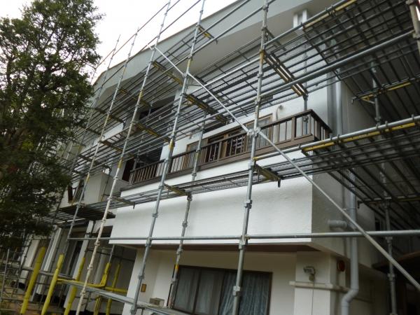 お家は厳密に言うと2階建てですが、足場は4段で組ませていただきました塗装職人も無理な体勢をせずに作業することができました
