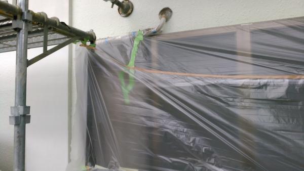 エアコン配管との境に気を付けないと塗料漏れを起こしてしまうので丁寧に養生します