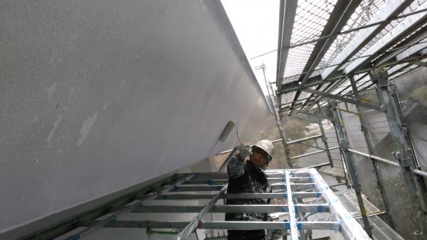 波板を撤去したテラス屋根から身を出して塗装