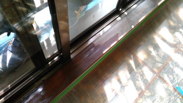 陽のあたるサッシ周りの木枠も枯れていたのでステイン系の着色塗料で塗装しました