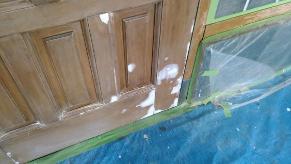 劣化した玄関ドアにパテ処理
