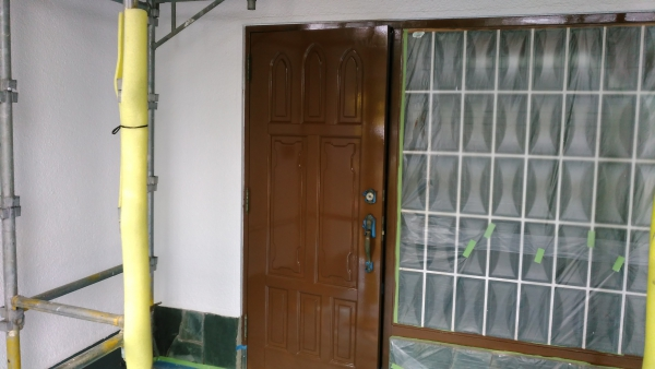 正面はよく日が当たるので玄関ドアの表面も傷みやすいので何層も塗装して仕上げにこだわります