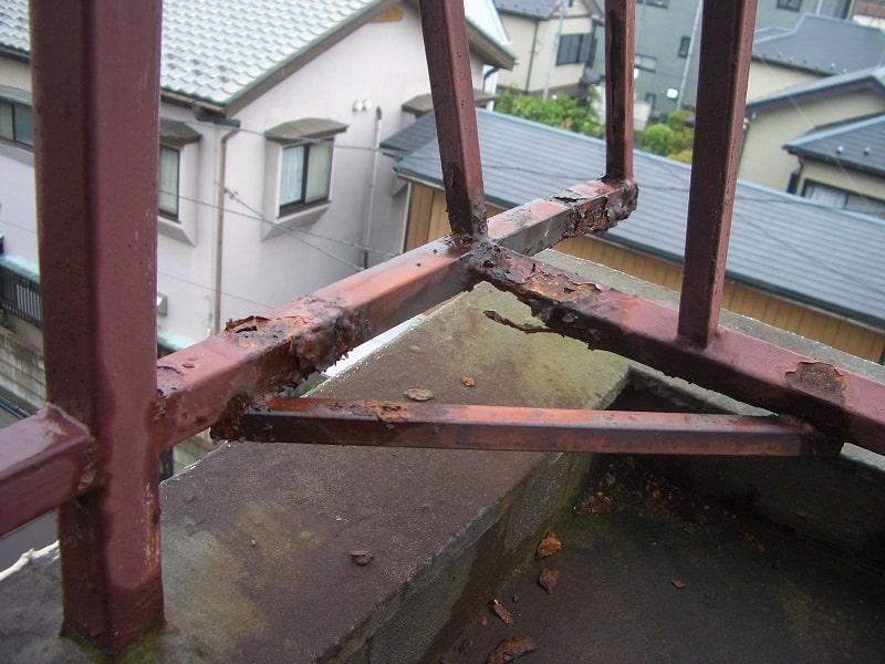 サビて穴の開いた屋上フェンス