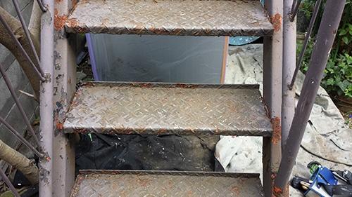 腐食した鉄階段のサビ落としで塗装前の準備・鶴見区にて