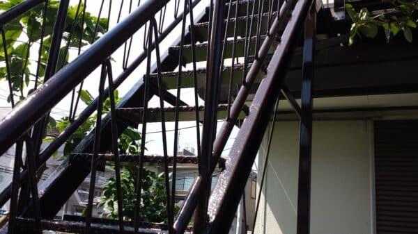 錆びた鉄製階段の塗装でお褒めの言葉を頂きました。