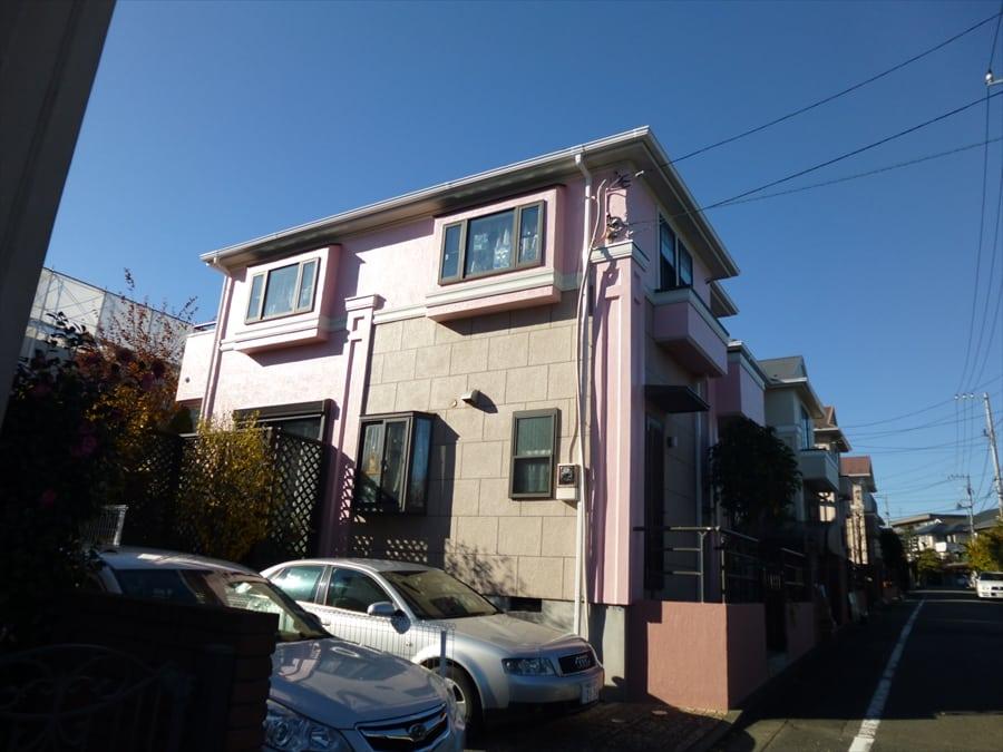 青空と外壁塗装完了後の家