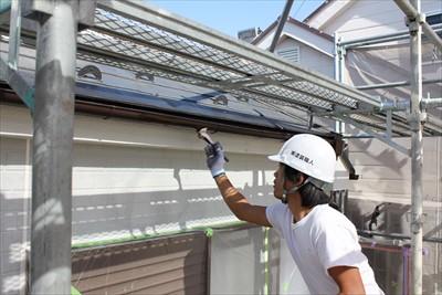 横浜市南区での塗装工事、雨樋などの細部下塗り