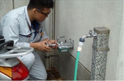 横浜市南区の小学校で塗膜付着力試験。