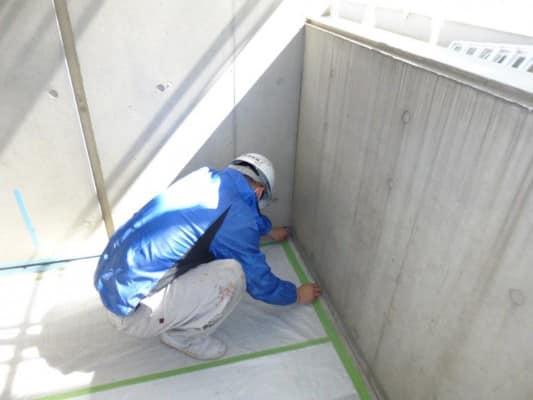 神奈川区でのマンション施工事例、塗装の前に養生を