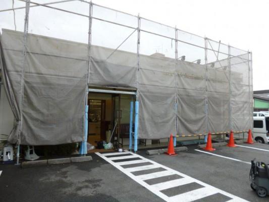 港北区での高圧洗浄、店舗開業中の足場