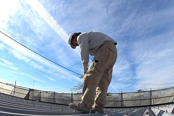横浜市旭区・アパートの折半屋根の上で塗装の精神鍛錬:職人 市川