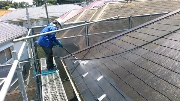 屋根の高圧洗浄を担当