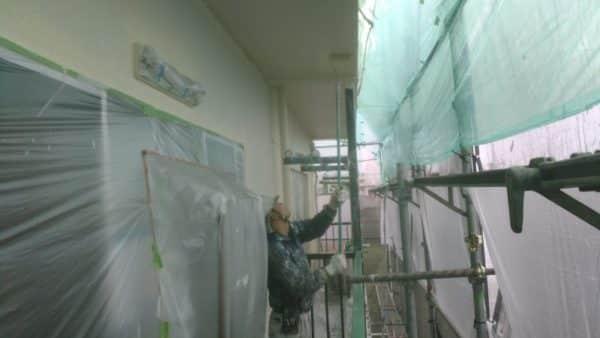 世田谷のマンションで雨養生です