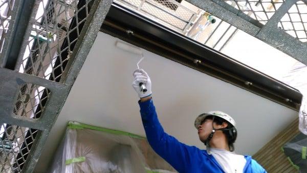 横須賀・春の日差しの下で塗装中