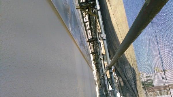 職人が世田谷のオフイスビルを塗装中